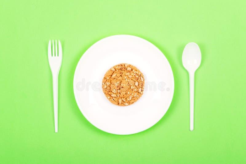 Plat blanc avec la cuillère, la fourchette et la farine d'avoine entière de biscuits de grain Régime Ketogenic, perte de poids, j photos stock