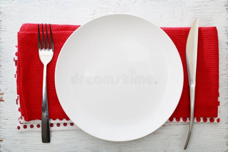Plat blanc avec la fourchette et le couteau photos stock