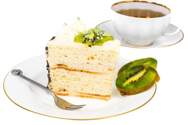 Plat blanc avec le morceau de gâteau au fromage fait maison de cottage avec le fruit et la crème anglaise images libres de droits
