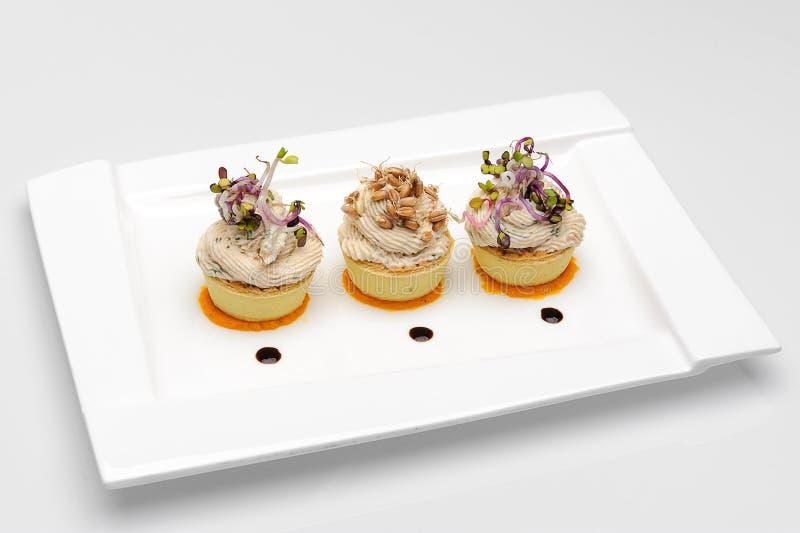 Plat blanc avec 3 tasses de salade d'oeufs de poisson photos libres de droits