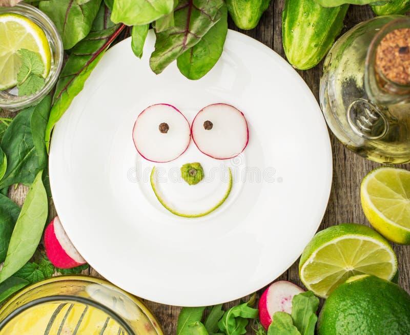 Plat blanc avec un sourire des ingrédients de ressort image stock