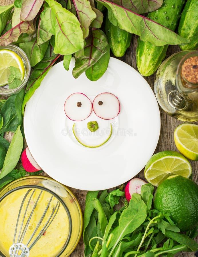 Plat blanc avec un sourire des ingrédients de ressort images stock