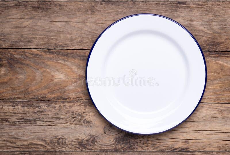 Plat blanc vide sur la vieille table en bois photographie stock