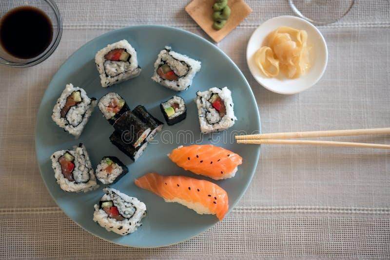 Plat bleu avec la nourriture japonaise traditionnelle : Sushi et Nigiri image stock