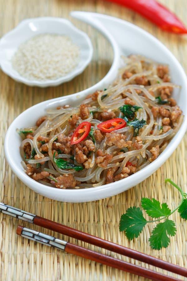 Plat chinois des nouilles en verre d'amidon riz, pommes de terre, haricots avec du porc de viande ou boeuf image stock