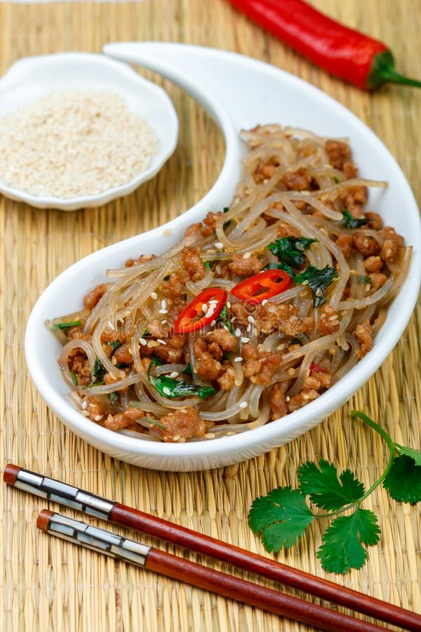 Plat chinois des nouilles en verre d'amidon riz, pommes de terre, haricots avec du porc de viande ou boeuf images stock