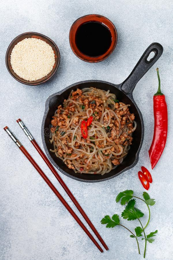 Plat chinois des nouilles en verre d'amidon riz, pommes de terre, haricots avec du porc de viande ou boeuf image libre de droits