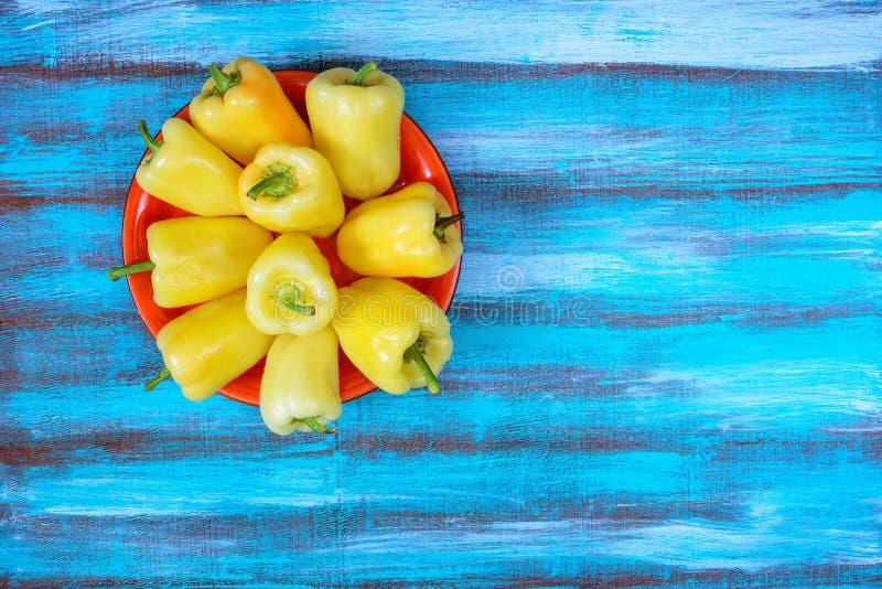 Plat coloré avec le poivron doux frais photos stock