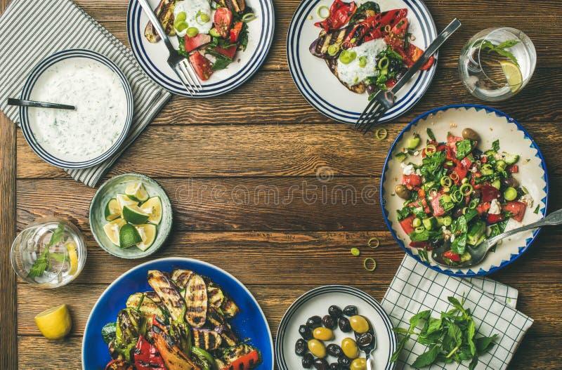 Plat-configuration de l'arrangement végétarien sain de table de dîner photos stock