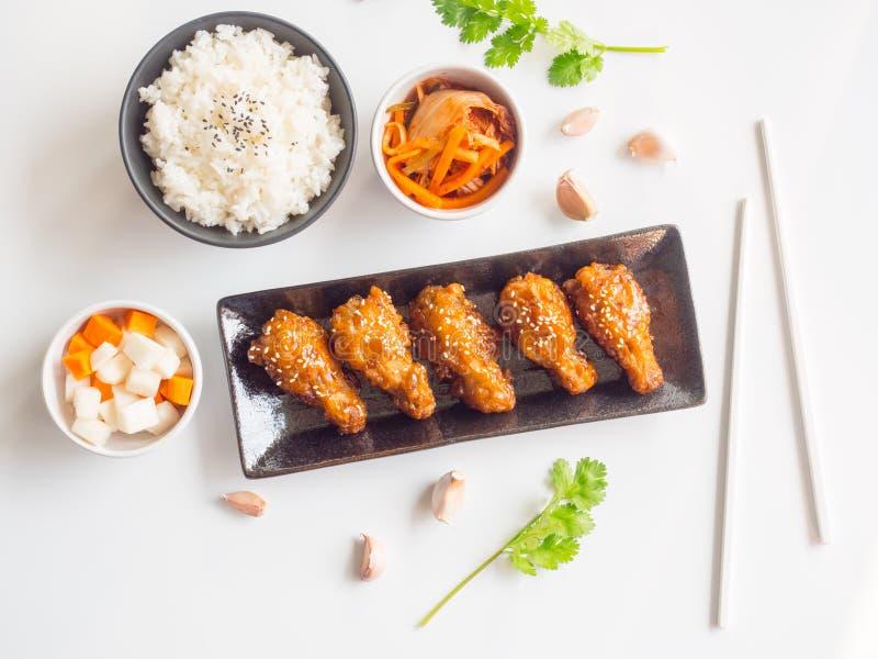 Plat cuit à la friteuse d'aile de poulet avec de la sauce à ail dans le style coréen photos stock