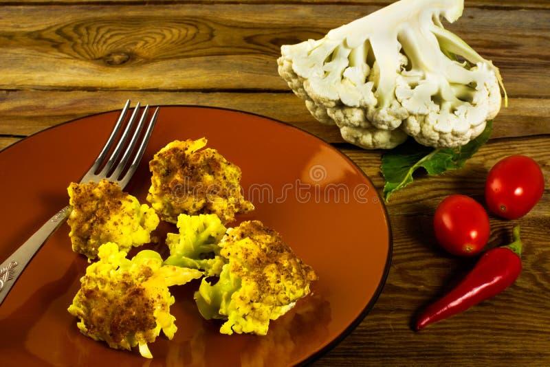 Plat cuit au four de brun de chou-fleur photographie stock