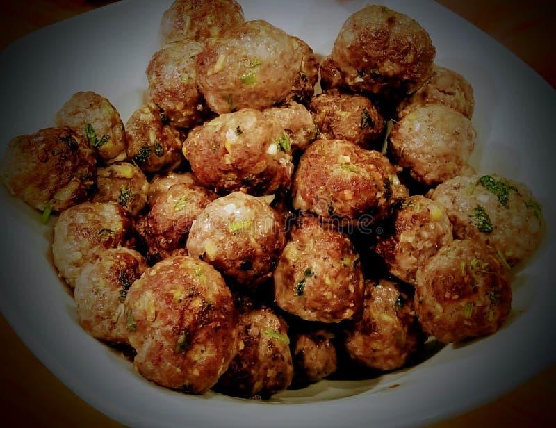 Plat délicieux des boulettes de viande d'un plat photo libre de droits