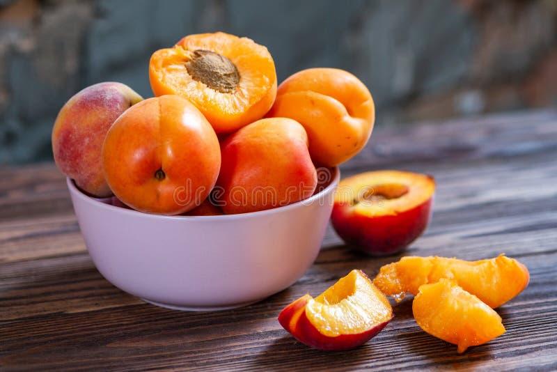 Plat d'abricot sur la table en bois Le foyer s?lectif, se ferment  images libres de droits