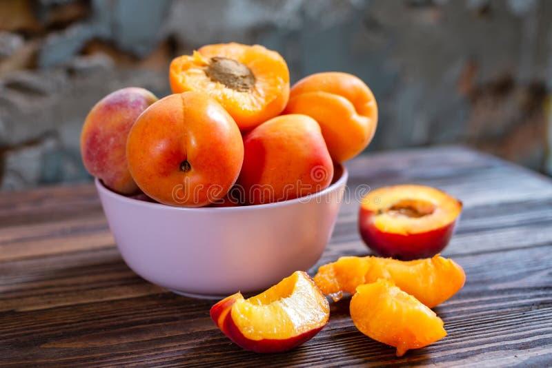 Plat d'abricot sur la table en bois Le foyer s?lectif, se ferment  photos libres de droits