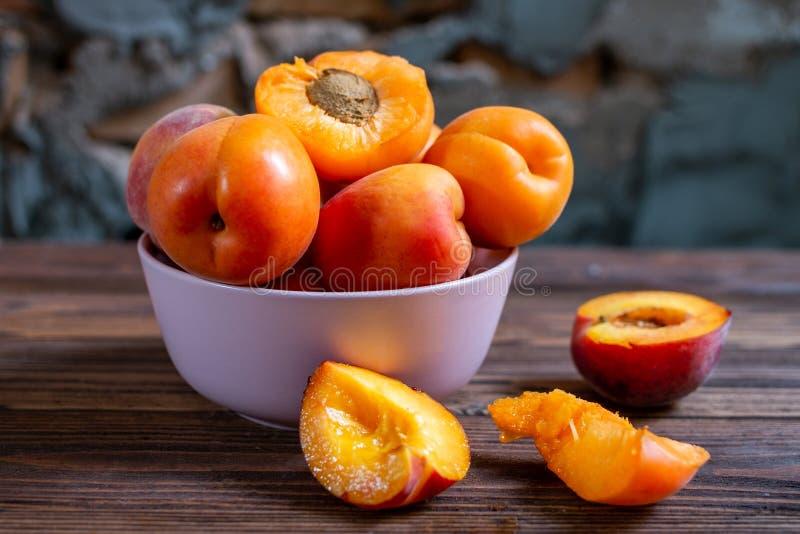Plat d'abricot sur la table en bois Le foyer s?lectif, se ferment  photos stock