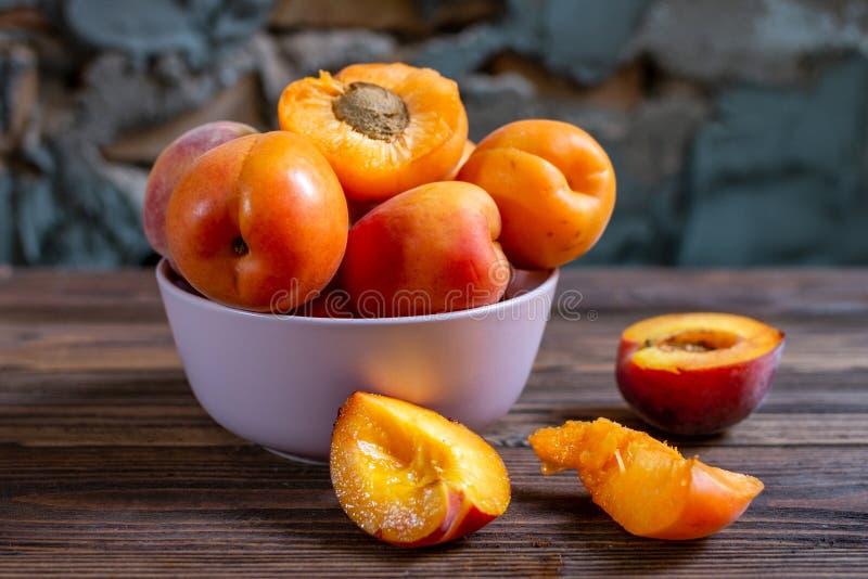 Plat d'abricot sur la table en bois Le foyer s?lectif, se ferment  images stock