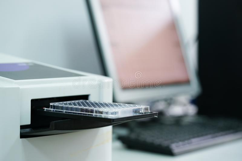 Plat d'ELISA pour mesurer l'OD avec le lecteur de microplate photo stock