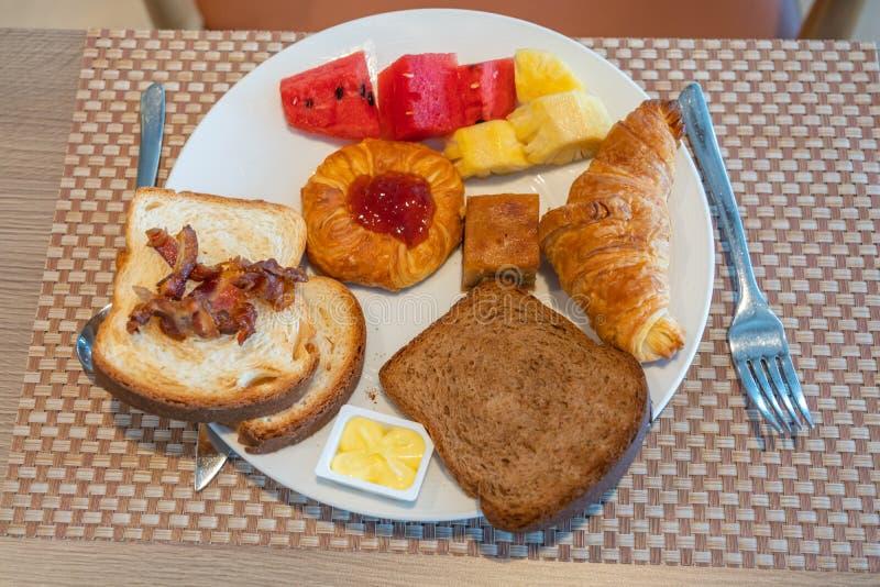 Plat de beurre de pain de jambon avec les fruits et le croissant image stock