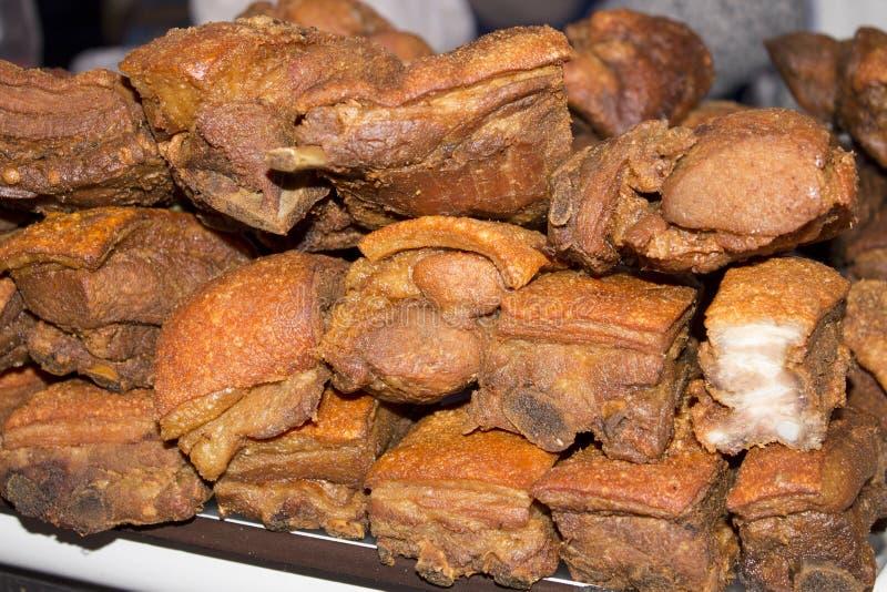 Plat de Chicharron se composant généralement du ventre de porc frit ou des écorces frites de porc Décrivez pris un marché à Arequ photos libres de droits
