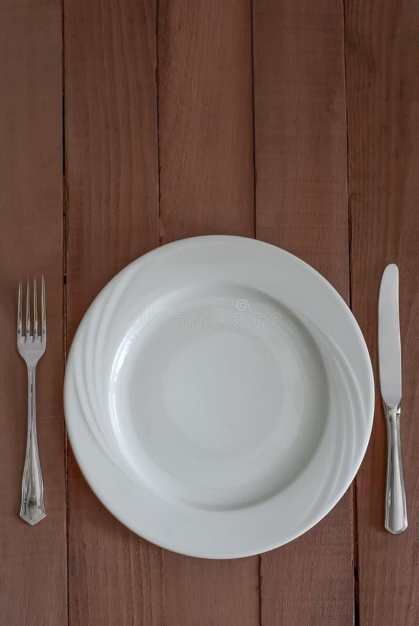 Plat de dîner, couteau, et fourchette image stock