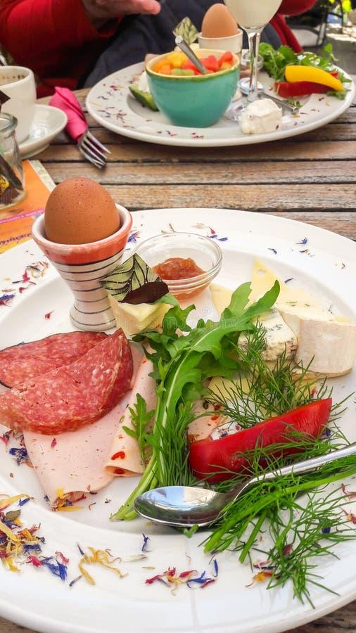 Plat de fantaisie de petit déjeuner - plaisir européen photo stock