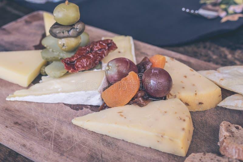 Plat de fromage avec plusieurs variétés de fromage dans le restaurant de l'île de Bali, Indonésie photo libre de droits