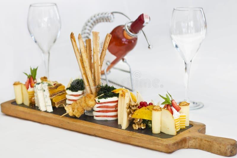 Plat de fromage : roquefort avec le moule bleu, cheddar, fromage fumé, images libres de droits