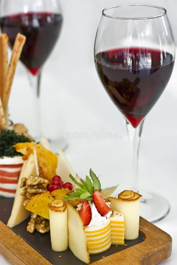 Plat de fromage : roquefort avec le moule bleu, cheddar, fromage fumé, image libre de droits