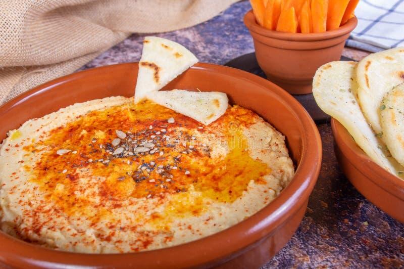 Plat de houmous avec du pain indou et crudités de carotte et de poivre Nourriture de Vegan et de végétarien photos stock