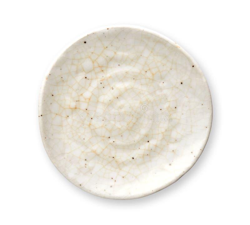 Plat de marbre en ivoire, plat en céramique vide avec le modèle criqué, vue d'en haut d'isolement sur le fond blanc avec le chemi photos libres de droits