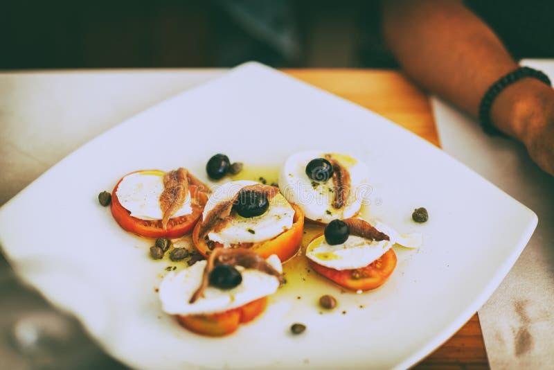 Plat de mozzarella avec la tomate au restaurant photos stock