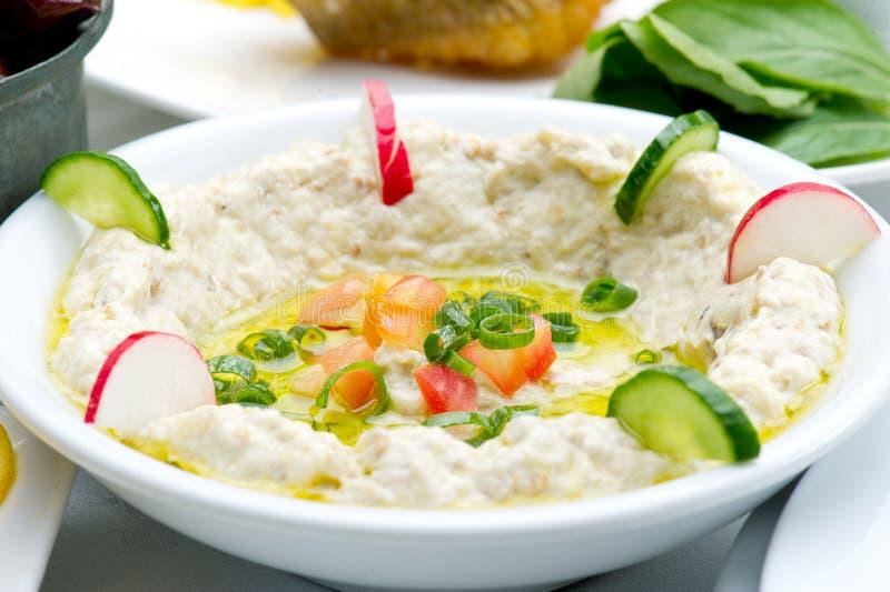 Plat de Mtabbal sur la nourriture blanche et libanaise photographie stock