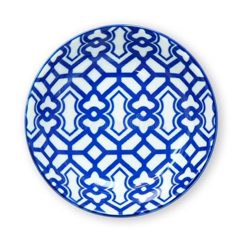 Plat de plats de céramique, bleu et blanc décoratif de poterie, vue d'en haut d'isolement sur le fond blanc avec le chemin de cou photos stock