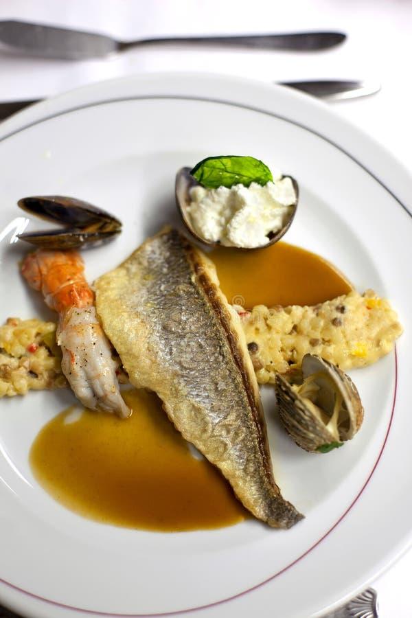Plat de poisson photos stock