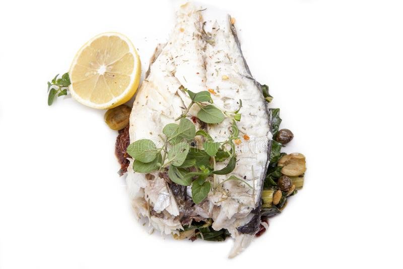 Plat de poisson - filet de poissons frit et légumes, sain savoureux cuits au four photo libre de droits