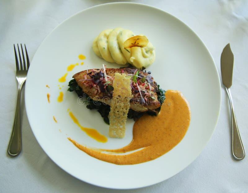 plat de poisson servi dans le restaurant gastronomique photo stock image du personne assiette. Black Bedroom Furniture Sets. Home Design Ideas