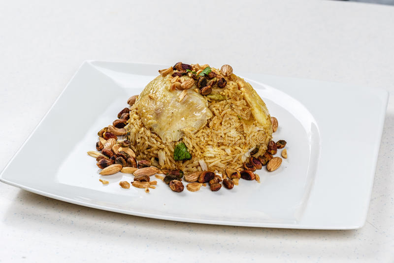 Plat de poissons du Moyen-Orient traditionnels et de riz frit avec les pignons frits image stock