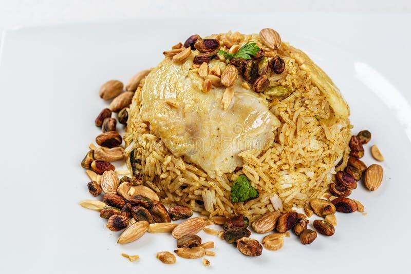 Plat de poissons du Moyen-Orient traditionnels et de riz frit avec les pignons frits photos libres de droits