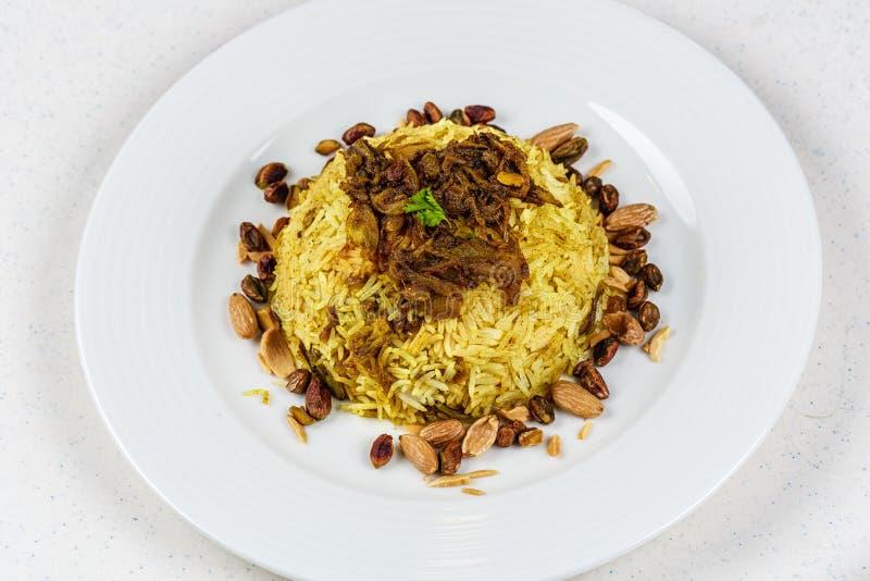 Plat de poissons du Moyen-Orient traditionnels et de riz frit avec les pignons frits images libres de droits