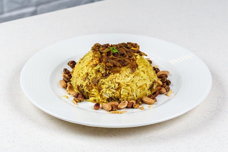 Plat de poissons du Moyen-Orient traditionnels et de riz frit avec les pignons frits photographie stock libre de droits