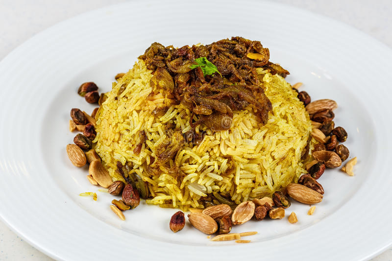 Plat de poissons du Moyen-Orient traditionnels et de riz frit avec les pignons frits photo libre de droits