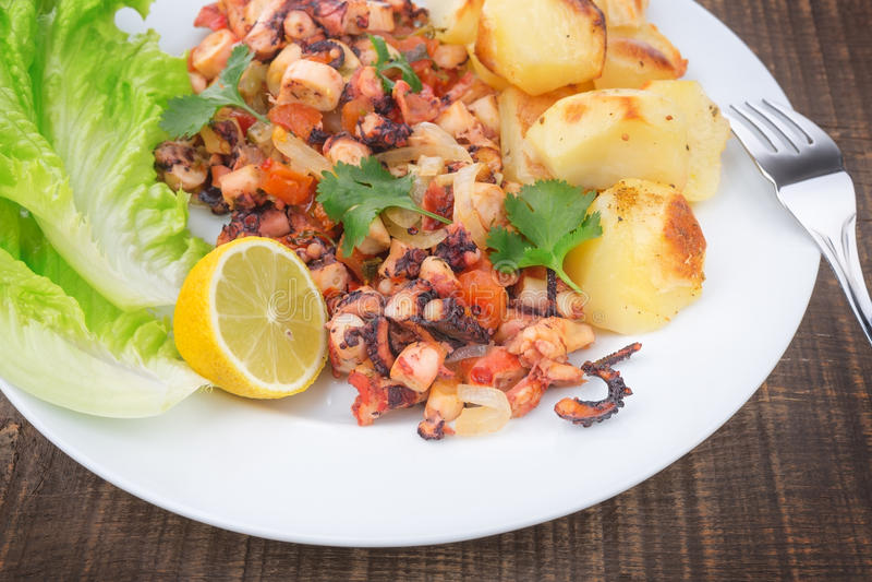 Plat de poulpe grillé, produits de la mer. photo stock