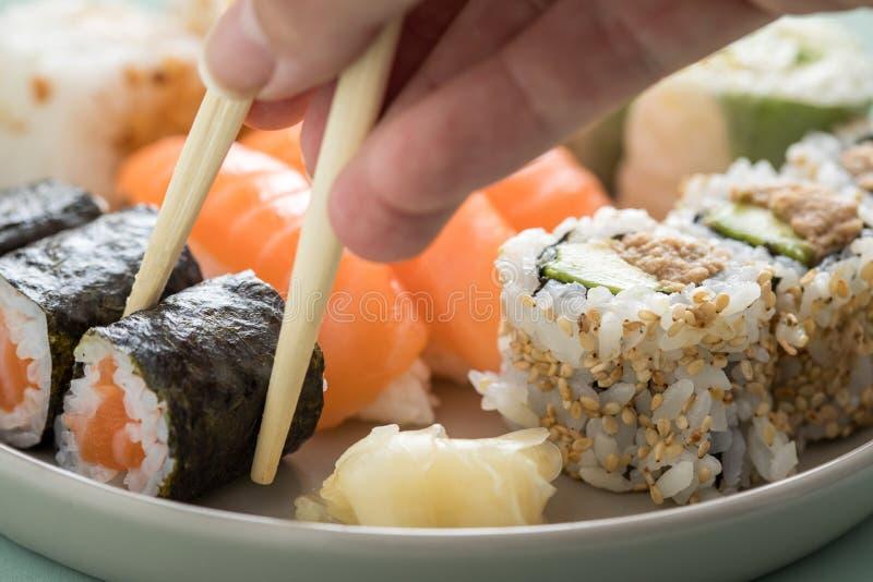 Plat de préparation de sushi de saumons et de thon avec des petits pains de Nigiri, de Maki et à l'envers de Californie photo libre de droits
