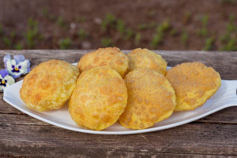 Plat de puri frit - casse-cro?te traditionnel indien photographie stock