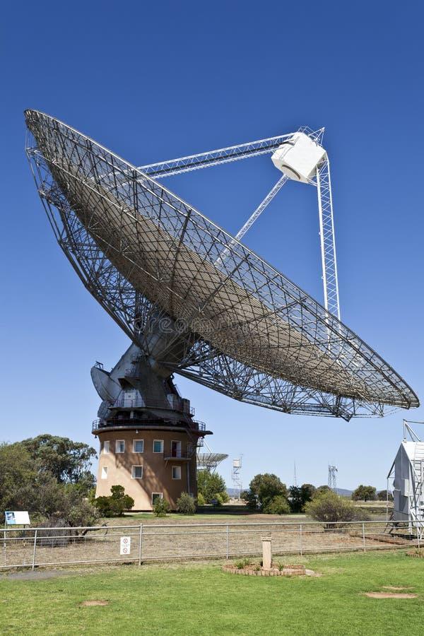 Plat de radiotélescope dans Parkes, Australie photographie stock