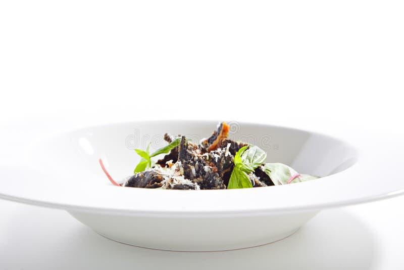 Plat de restaurant de haute cuisine avec les ravioli noirs photographie stock