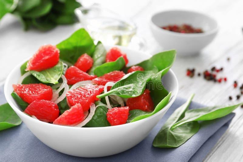 Plat de salade avec les épinards et le pamplemousse photographie stock