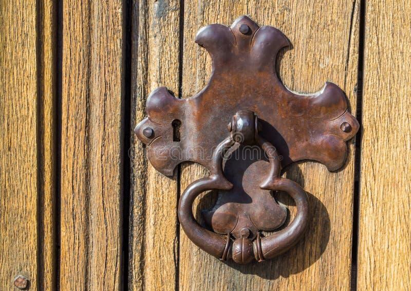 Plat de serrure en métal de vintage et heurtoir de porte superficiels par les agents image libre de droits
