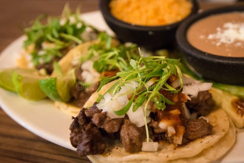Plat de trois tacos de style de rue images stock