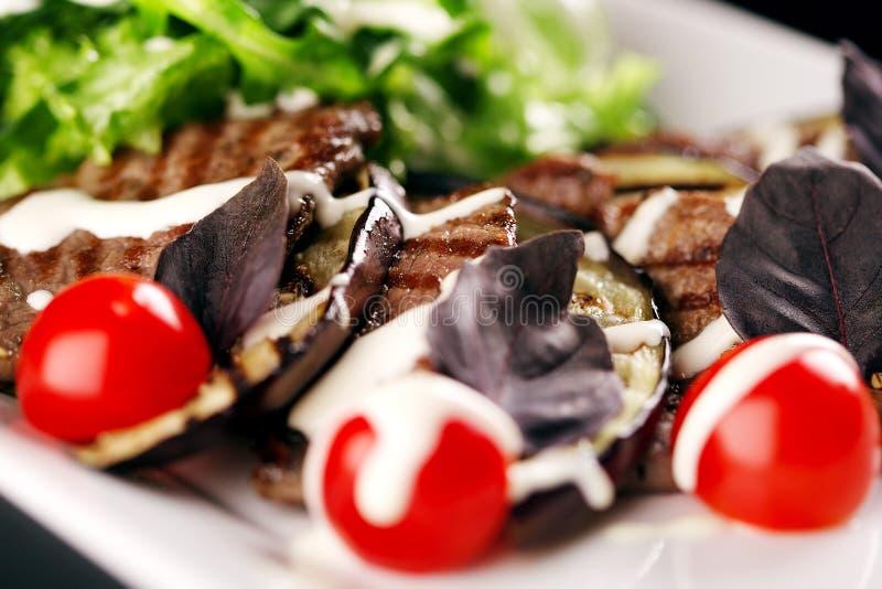 Plat de viande avec des tomates-cerises photographie stock libre de droits